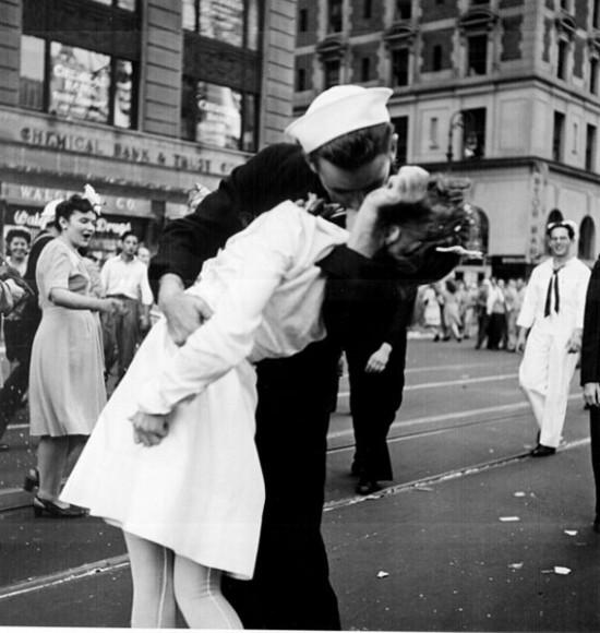 """Asi nejznámější """"street"""" fotka – Kissing the War Goodbye - Victor Jorgensen"""